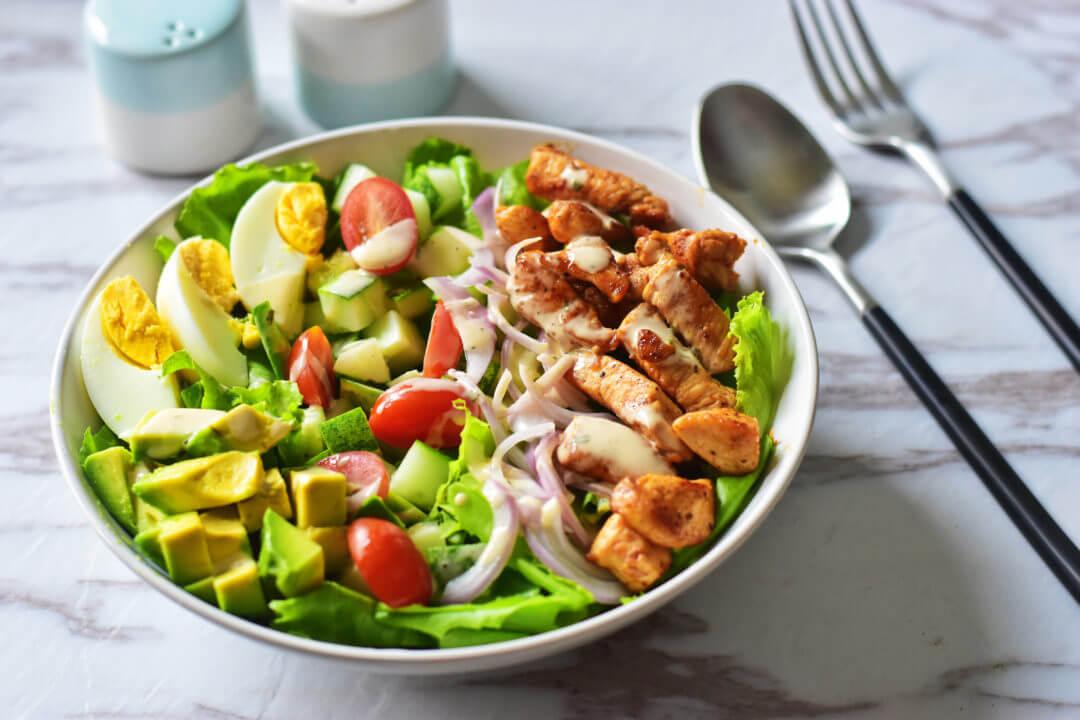 Een salade met ketogene ingrediënten is makkelijk en snel