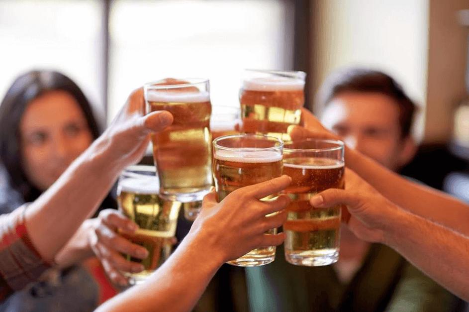 Mensen proosten met glazen bier