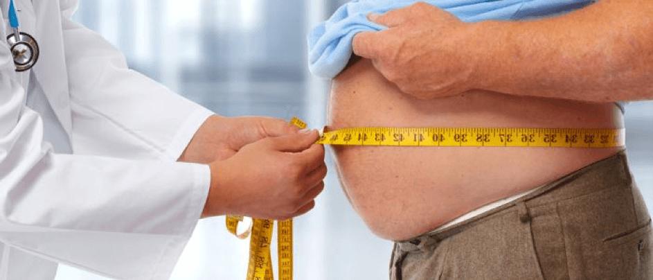Doktor met buikomtrek van dikke man