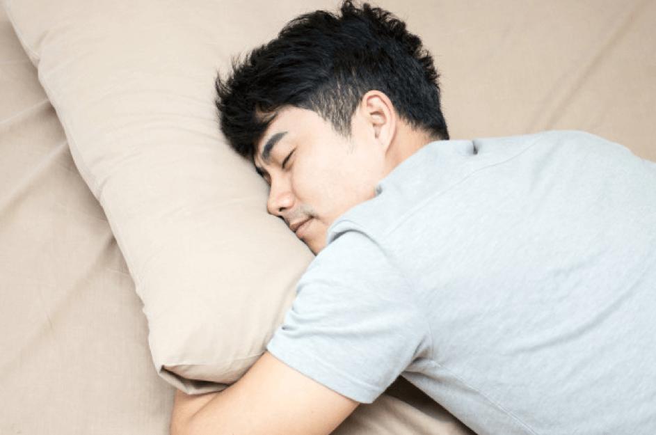 Jongen slapen op kussen