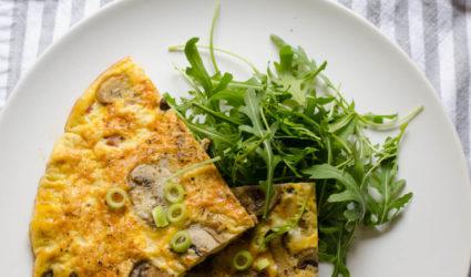 Goedgevulde omelet met paddestoelen